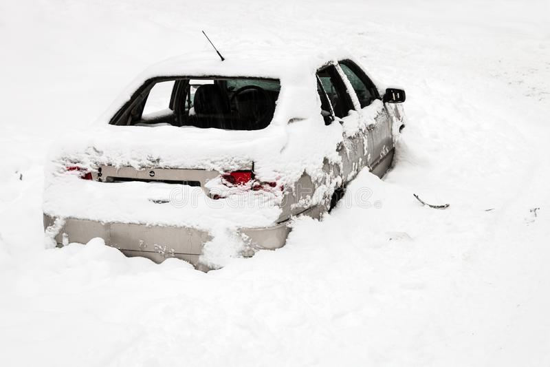 автомобиль разрушен в снеге стоковые изображения rf