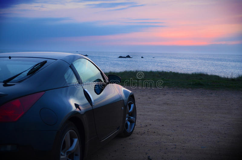 автомобиль резвится заход солнца стоковое фото