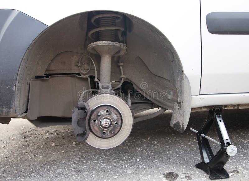 Автомобиль сидя на стойке jack стоковые изображения rf