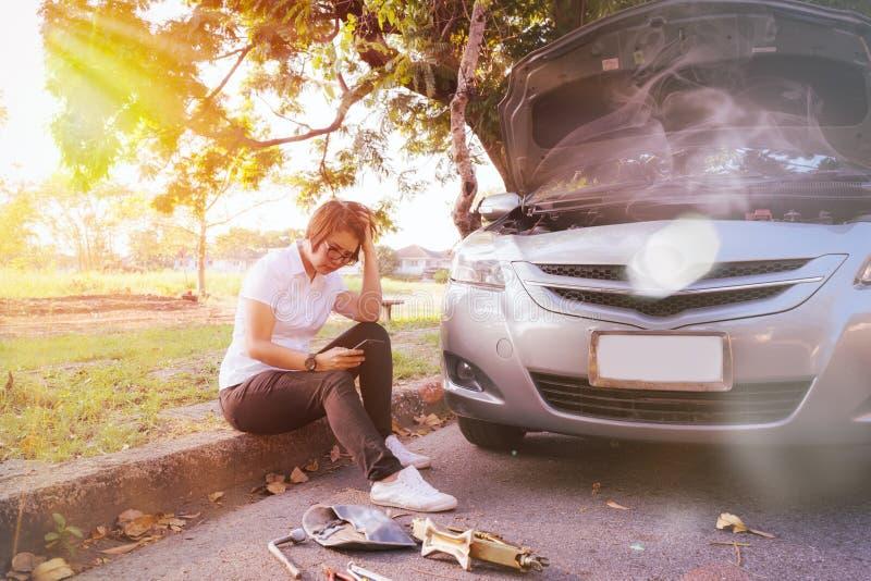 автомобиль сломанный вниз на стороне дороги стоковые изображения rf