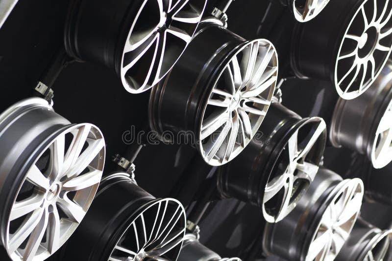 автомобиль снабжает ободком сталь стоковая фотография