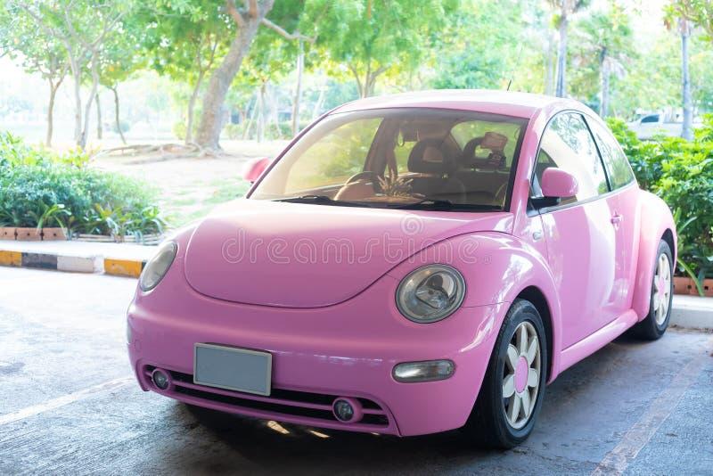 Автомобиль современной потехи розовый небольшой Фото современного в стиле фанк розового автомобиля припарковало стоковое фото