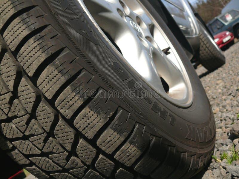 автомобиль с колеса дороги стоковая фотография rf