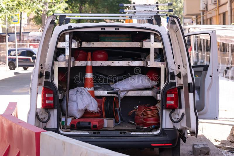 автомобиль с оборудованием для ремонта связей города стоковая фотография rf
