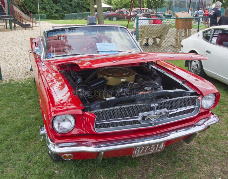 Автомобиль с откидным верхом 1965 мустанга Ford красного цвета стоковое фото rf