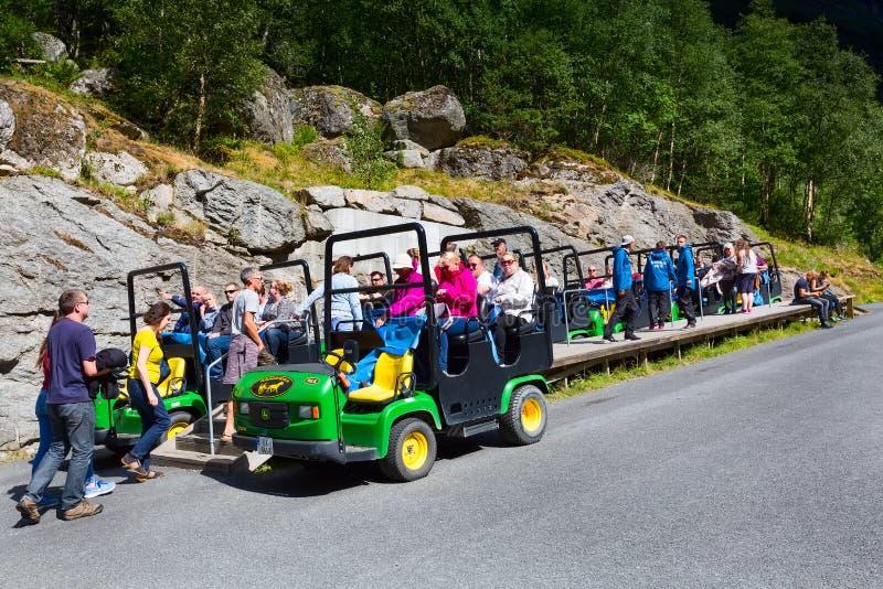 Автомобиль тролля на пути Briksdal в Норвегии стоковые фото