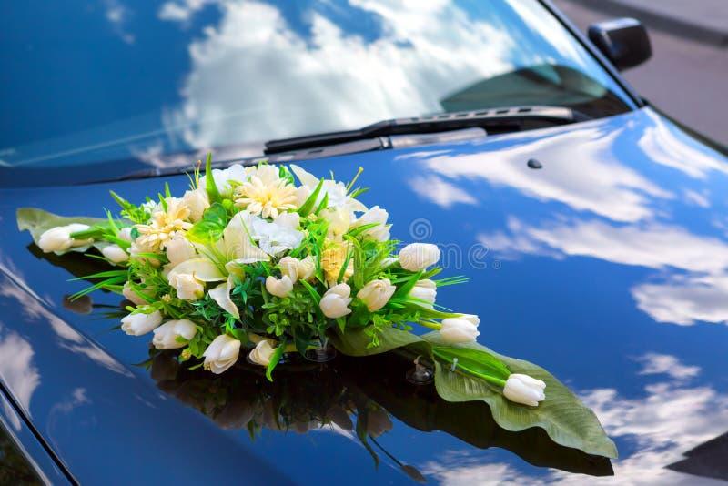 Автомобиль украшенный для свадьбы стоковая фотография rf