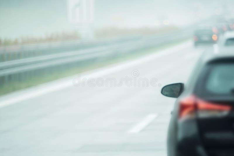 Автомобиль управляет на дороге стоковые изображения rf