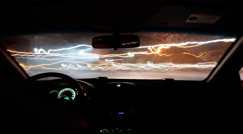 Автомобиль управляет фотоснимком на дороге с задержкой внутри взгляда стоковые изображения