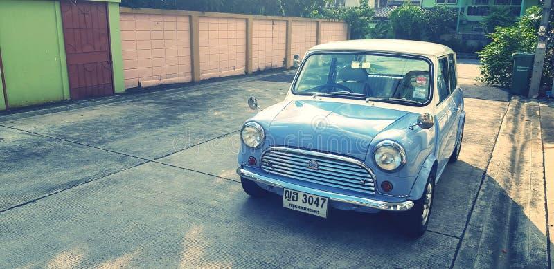 Автомобиль Blue/White classic Mini cooper, припаркованный на улице с солнечным свето стоковые изображения
