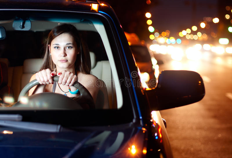 автомобиля управлять детеныши женщины стоковые фотографии rf