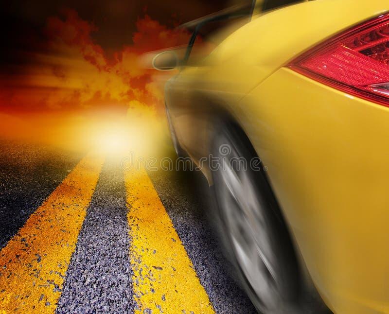 автомобиля управлять заход солнца спорта к желтому цвету стоковое фото rf