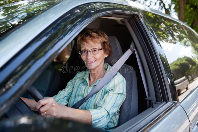 автомобиля управлять старшая женщина стоковое фото
