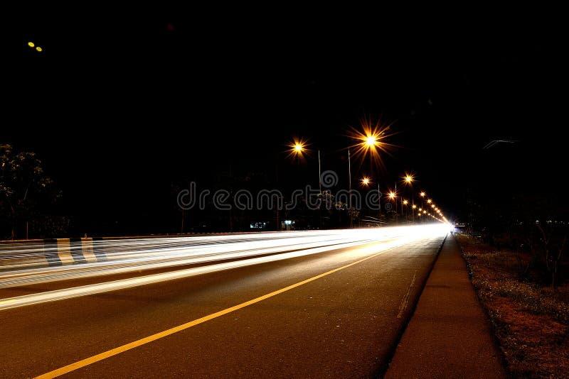 Автомобили быстро проходя на дороге иллюстрация штока