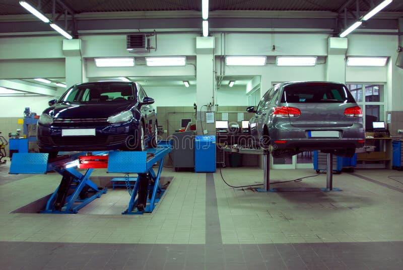 Автомобили в автомобильном обслуживании стоковая фотография rf