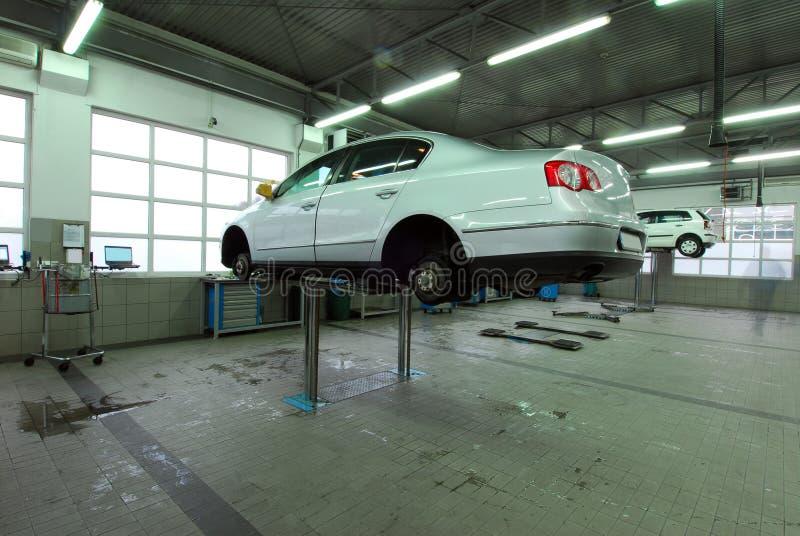 Автомобили в автомобильном обслуживании стоковые фото
