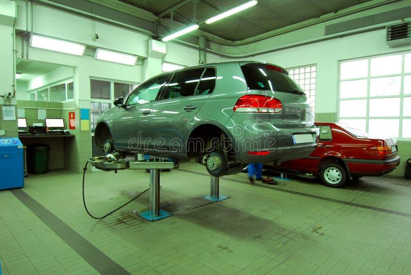 Автомобили в автомобильном обслуживании стоковые изображения rf