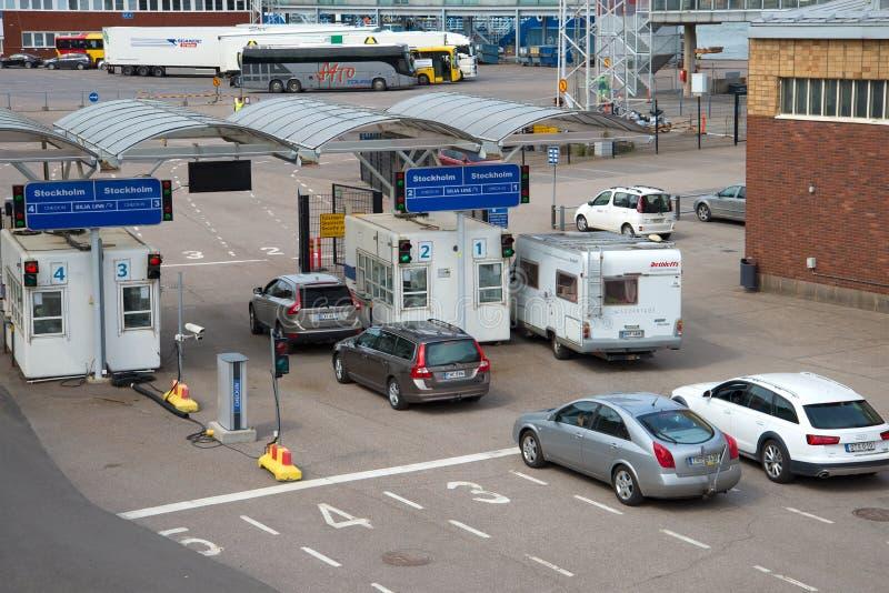 Автомобили в линии для нагружать морским путем паром линии ` Silja ` компании порт helsinki стоковые фото