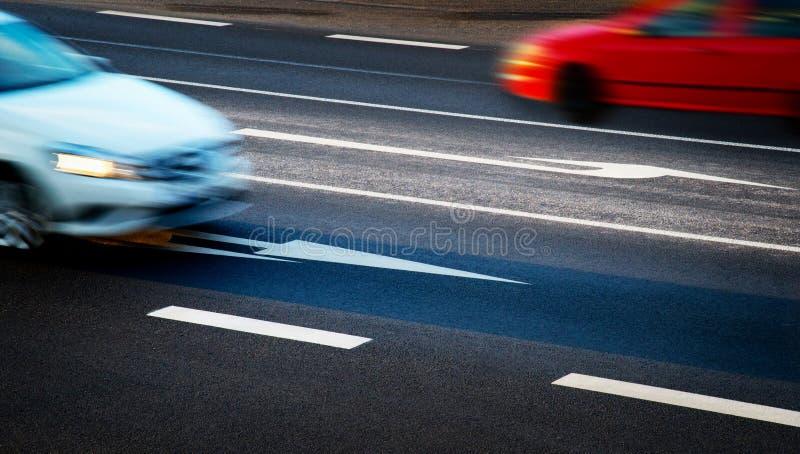 Автомобили идя вдоль перекрестков стоковая фотография rf