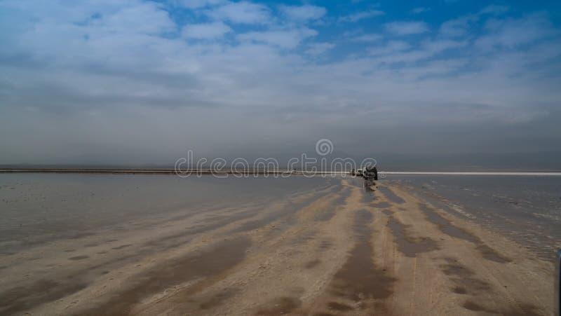 Автомобили на озере Assale или Asale на заходе солнца, Danakil Karum озера сол aka Afar, Эфиопия стоковое фото