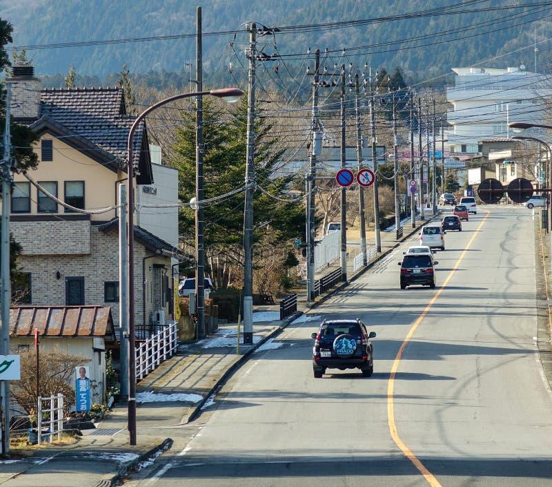 Автомобили на дороге к деревне Shirakawa в Gifu, Японии стоковые изображения rf
