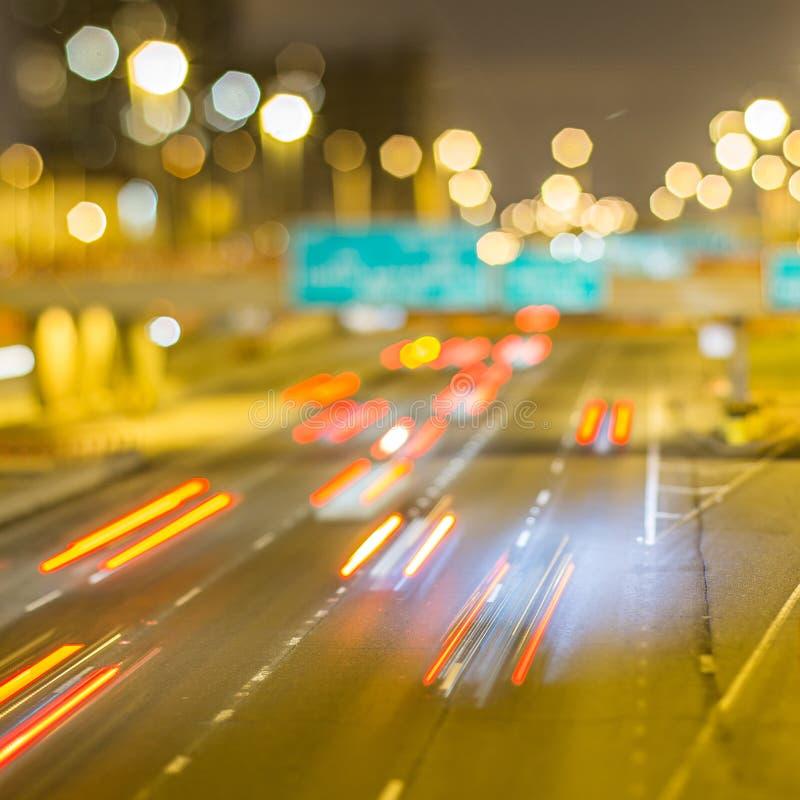 Автомобили на скоростном шоссе на ноче стоковая фотография