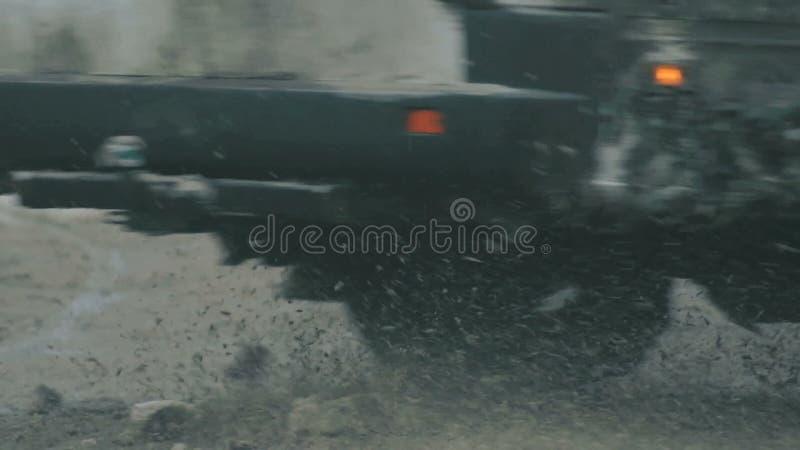 Автомобили на снежной дороге сток-видео