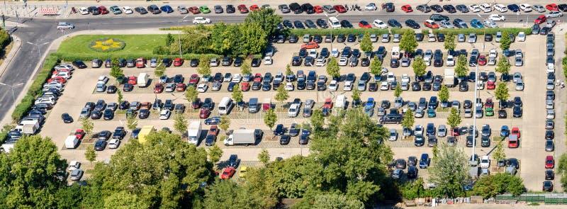 Автомобили паркуя в месте для стоянки автомобиля стоковая фотография