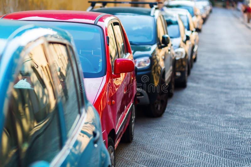Автомобили припаркованные вдоль дороги стоковые изображения