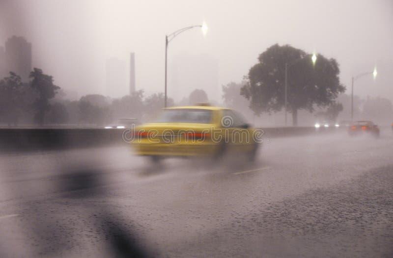 Автомобили путешествуя через грозу и движение на береге озера управляют в Чикаго, Иллинойсе стоковая фотография