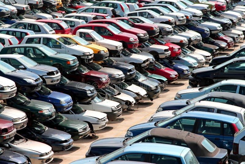 Автомобили разрушенные в дворе junkyard автомобиля стоковые изображения