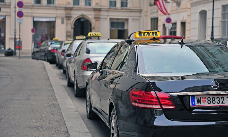 Автомобили такси в улице вены стоковое изображение rf