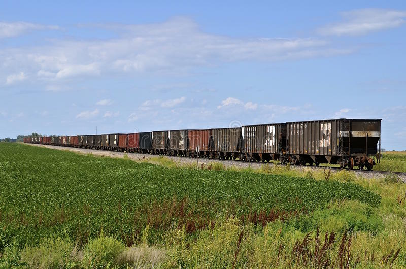 Автомобили угля на железнодорожном пути стоковое изображение rf