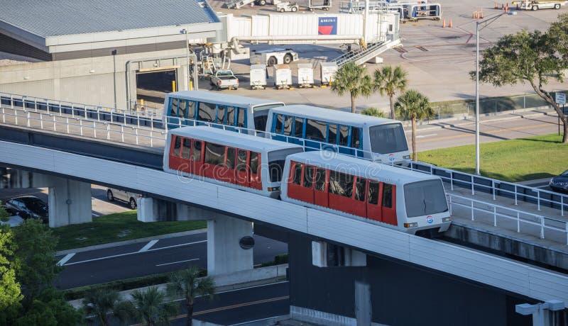 Автомобили челнока до аэропорта пассажира стоковые изображения rf