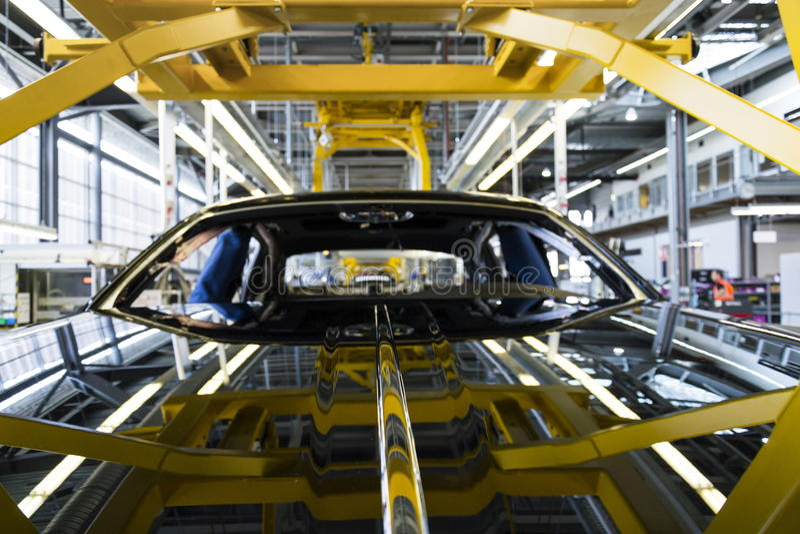 Автомобили Rolls Royce стоят на производственной линии в фабрике Goodwood стоковые фото