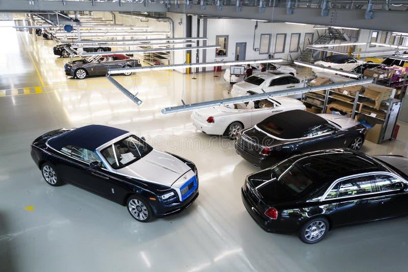 Автомобили Rolls Royce стоят на производственной линии в фабрике Goodwood стоковые изображения rf