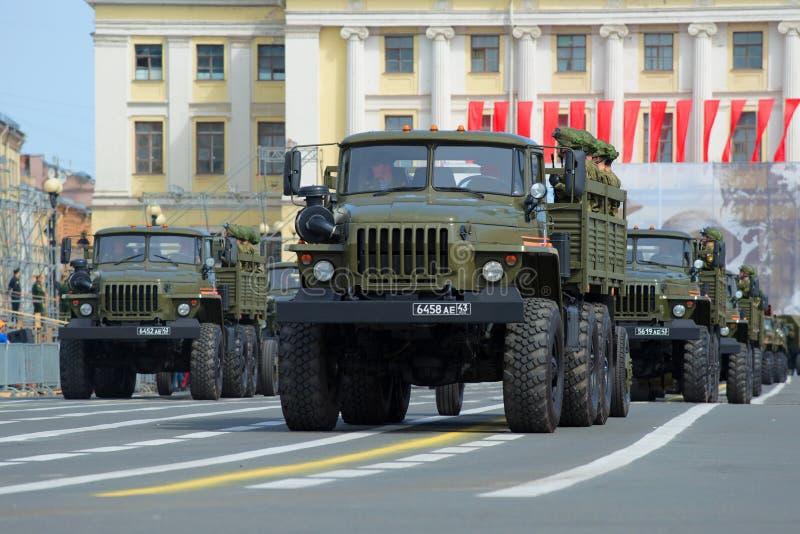 Автомобили Ural-4320 с солдатами на репетиции парада в честь дня победы на квадрате дворца святой petersburg стоковое фото rf