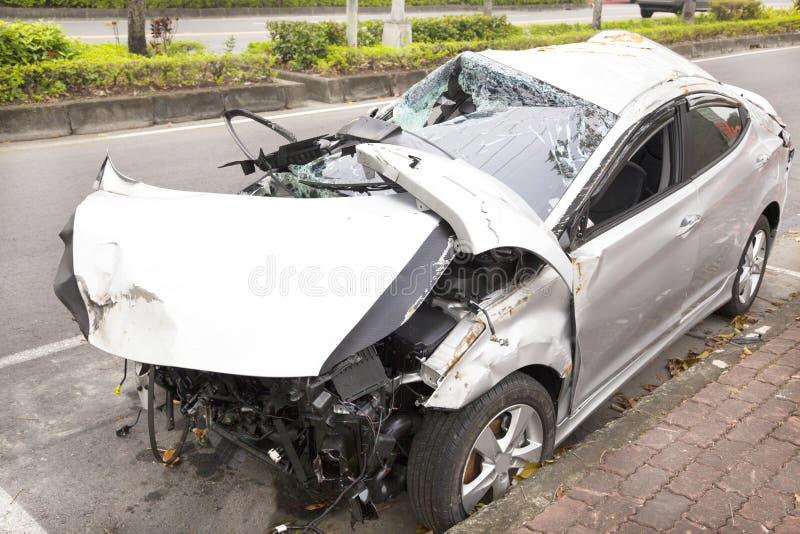 Автомобильная катастрофа и разрушенный автомобиль на дороге стоковое изображение rf