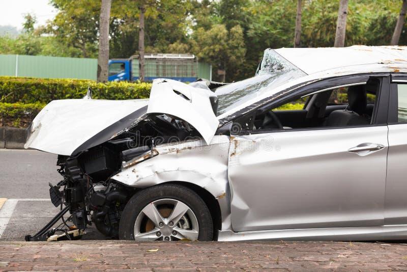 Автомобильная катастрофа и разрушенный автомобиль на дороге стоковая фотография rf