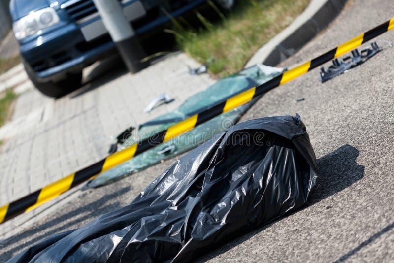Автомобильная катастрофа и труп в сумке стоковые фотографии rf
