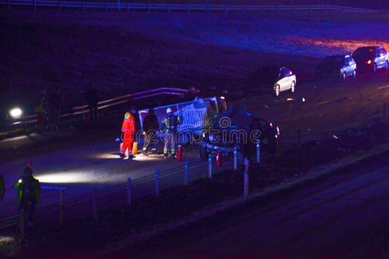 Автомобильная катастрофа на дороге на ноче стоковые фото