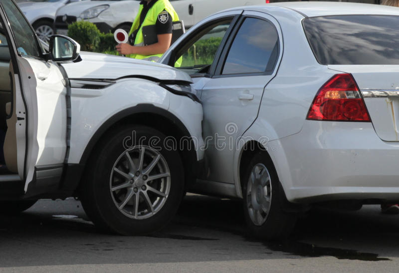 Автомобильная катастрофа с поврежденными автомобилями стоковые фотографии rf