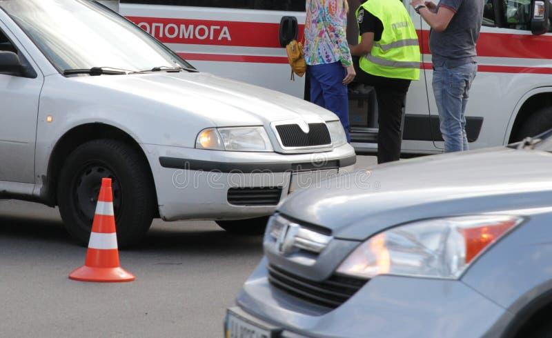 Автомобильная катастрофа с поврежденными автомобилями стоковые изображения rf