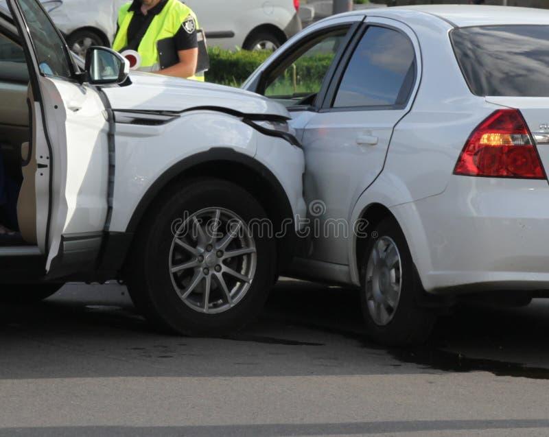 Автомобильная катастрофа с поврежденными автомобилями стоковое изображение