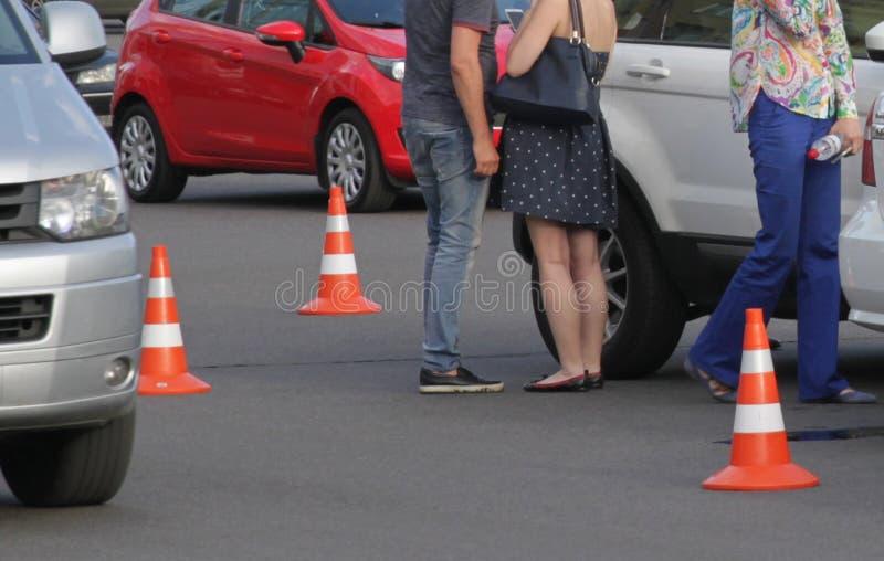 Автомобильная катастрофа с поврежденными автомобилями стоковое фото rf