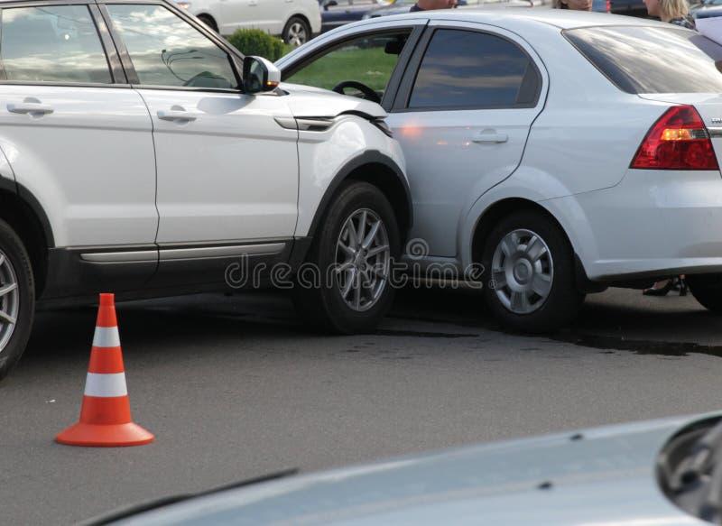 Автомобильная катастрофа с поврежденными автомобилями стоковое фото