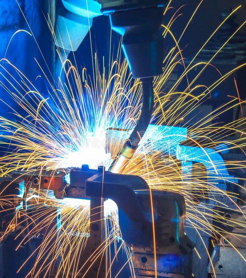 автомобильные детали роботов заварки стоковая фотография