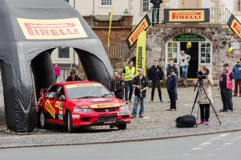 Автомобиль безопасти на церемониальной отделке для ралли стоковая фотография
