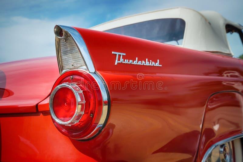 Автомобиль 1956 буревестника Форда красного цвета обратимый классический стоковое изображение