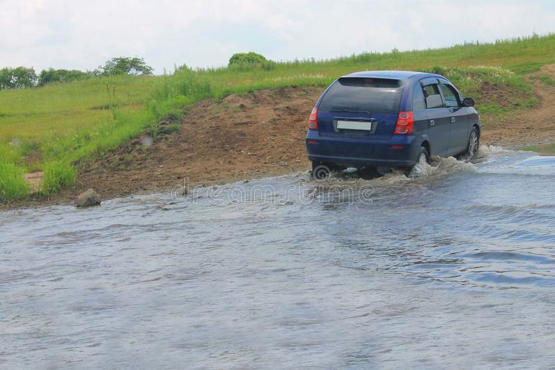 Автомобиль двигает реку к броду стоковые фото